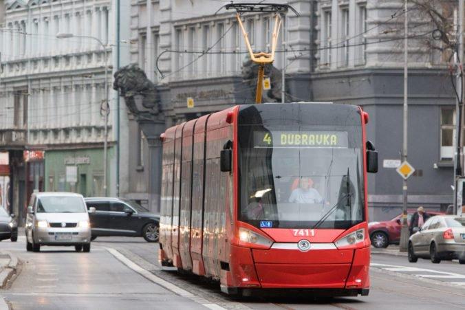 Dopravnú nehodu na Račianskej ulici v Bratislave už odstránili, obnovili aj premávku električiek