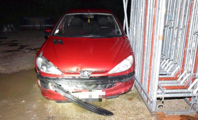 Foto: Mladá žena najprv s Peugeotom rozbila bránu a potom s iným autom narazila do stromu