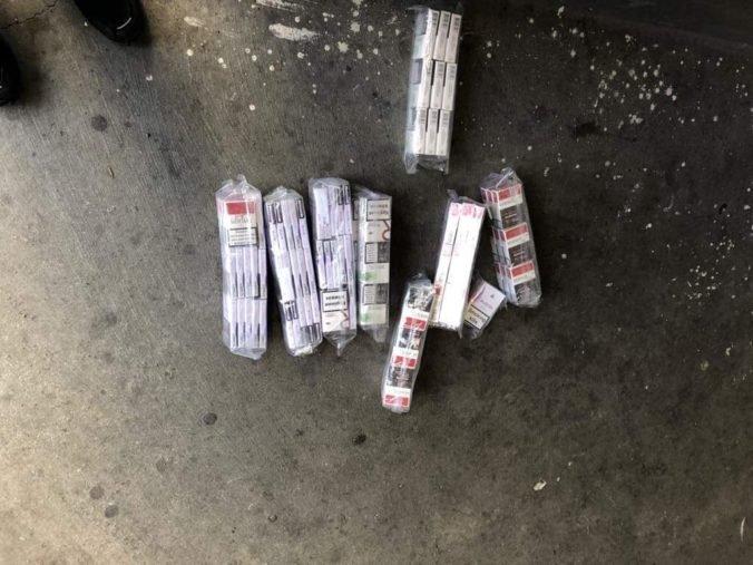 Foto: Vo Vyšnom Nemeckom kontrolovali podozrivý Peugeot, našli dobre ukryté nelegálne cigarety
