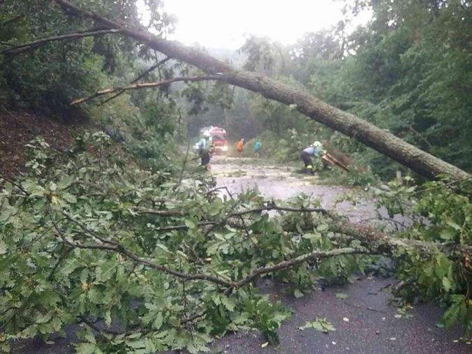 Hasiči opäť zasahujú pre búrky, najčastejšie v Bratislavskom kraji