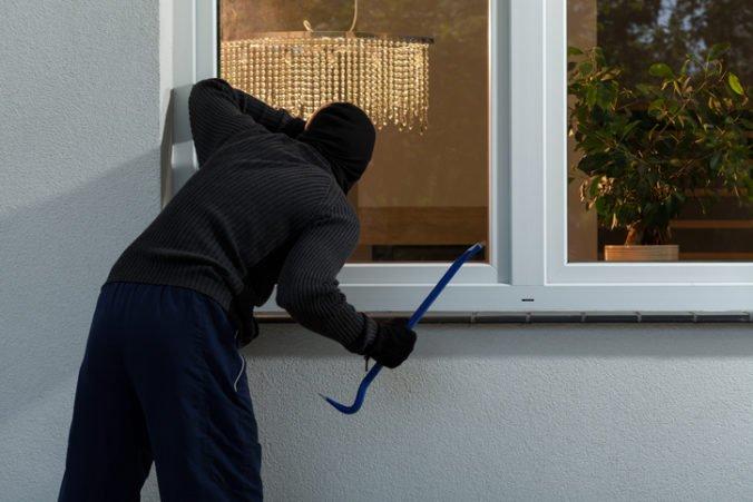 Zlodejovi hrozí väzenie, vlámal sa do rodinného domu a z autolekárničky vzal viac ako dvetisíc eur