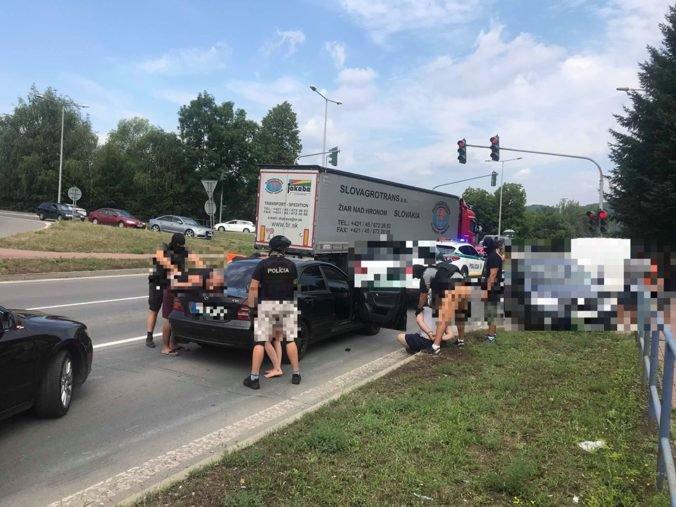 Foto: Policajti zasahovali v Ladomerskej Vieske, akcia súvisí s drogovou trestnou činnosťou