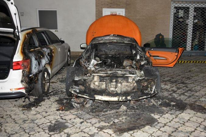 Foto: V Žiline horeli luxusné autá, niekto ich úmyselne podpálil