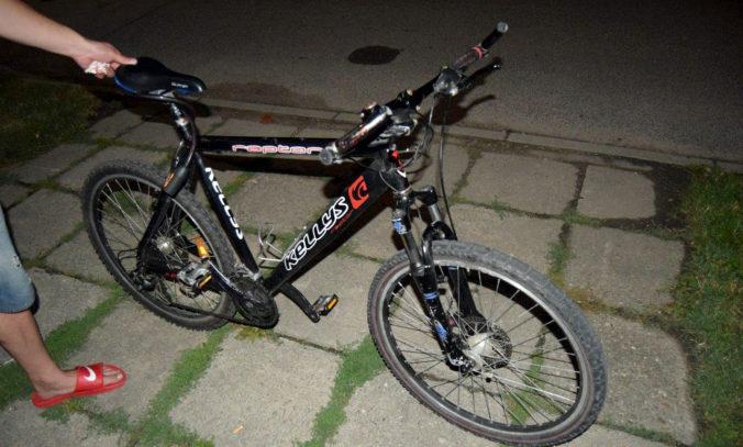 Foto: Opitý Pavol si zavaril, pri jazde na bicykli a písaní SMS poškodil zaparkované auto