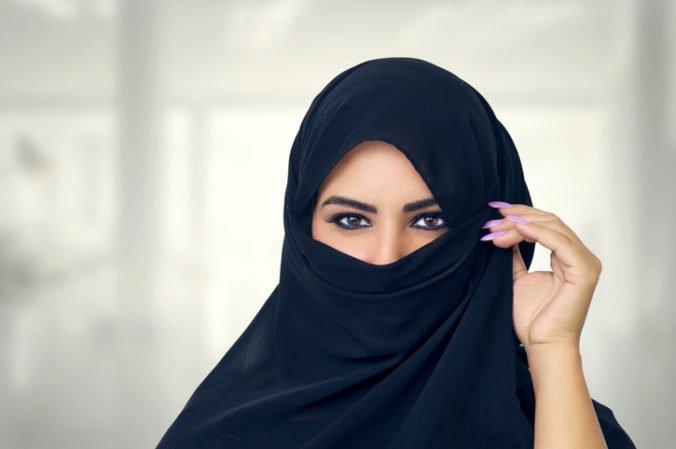 V Holandsku začal platiť zákon, ktorý na určitých miestach zakazuje zahaliť si tvár