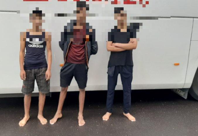 Vodič autobusu v Krupine chytil migrantov, čierni pasažieri boli ukrytí na podvozku vozidla