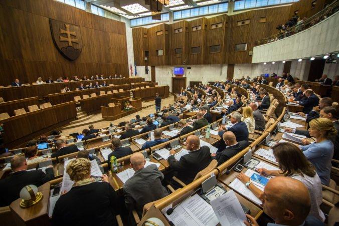 Politické strany vítajú obnovenie vyšetrovania údajného kupovania poslaneckých hlasov