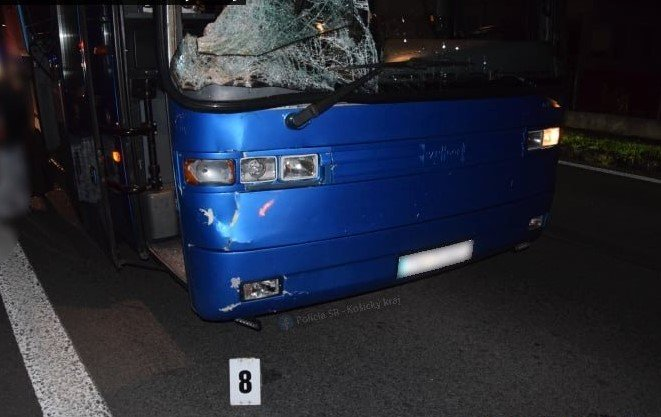 Foto: Muž náhle vošiel mimo priechodu na cestu, vodič autobusu nedokázal zrážke zabrániť