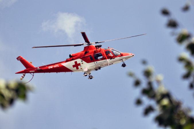 Motocyklista si po páde poranil chrbticu, pri Čičmanoch zasahovali leteckí záchranári