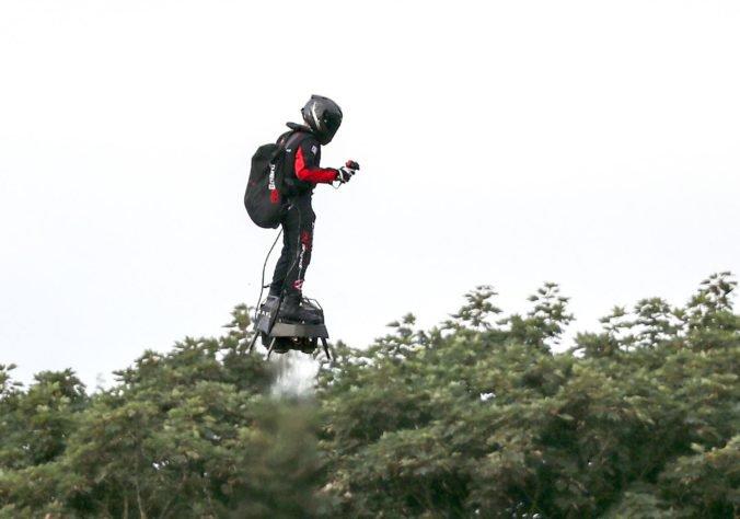 Video: Vynálezca Franky Zapata preletel na druhý pokus ponad Lamanšský prieliv na flyboarde