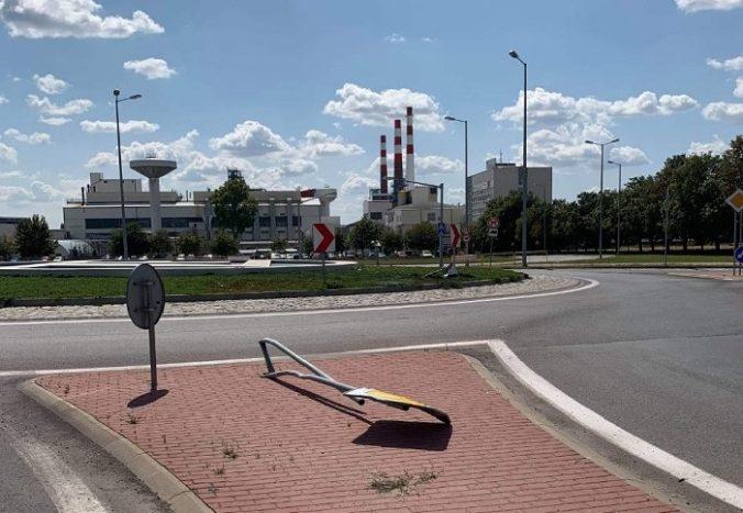 Foto: Poriadne opitý šofér zdemoloval dopravné značky a s autom zostal stáť v kruhovom objazde