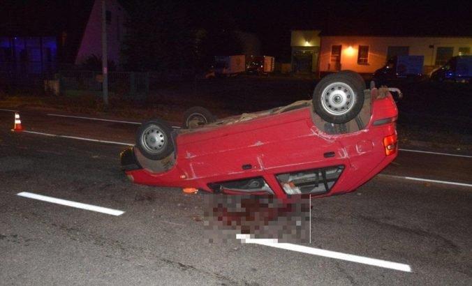 Foto: Vodič Felicie sa chcel vyhnúť lesnej zveri, strhol riadenie a s autom skončil na streche