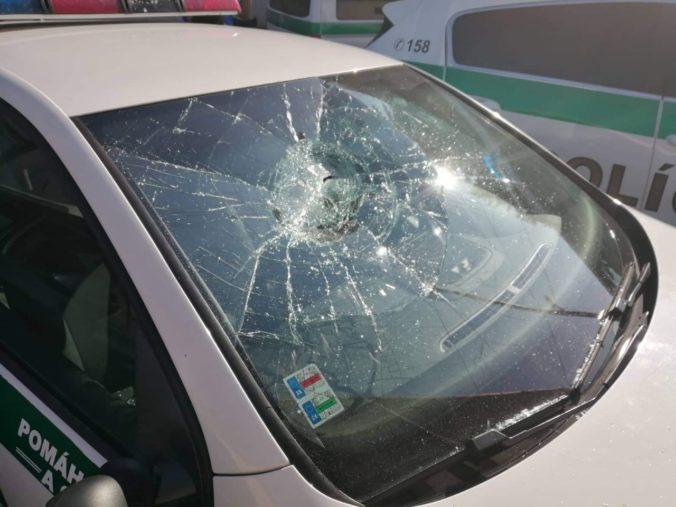 Foto: Muž zničil policajné autá, hodil tehlu do zadného okna na Kii a odtrhol aj spätné zrkadlo