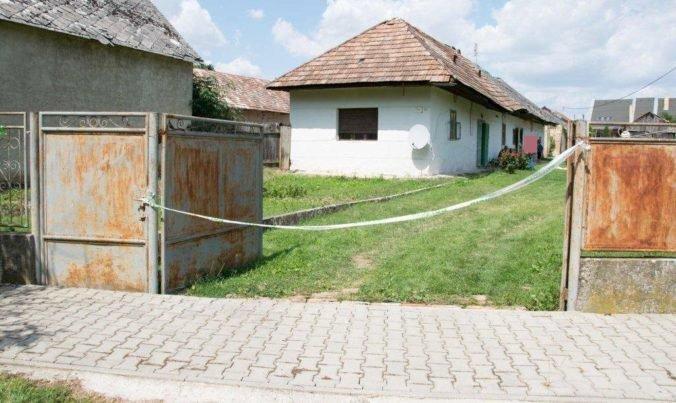 Foto: Opitý vodič narazil na dvore do latríny, ktorá sa prevrátila a zabila dôchodcu