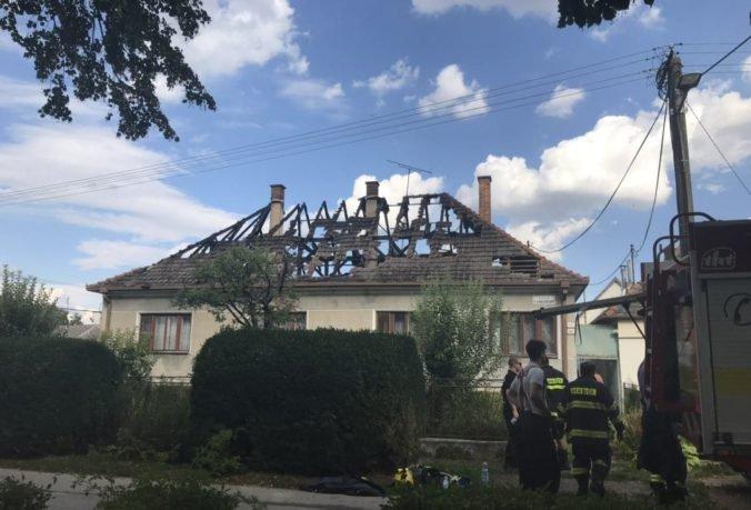 Foto: Strechy domov v Maduniciach pohltili plamene, požiar zrejme vznikol pri pálení alkoholu