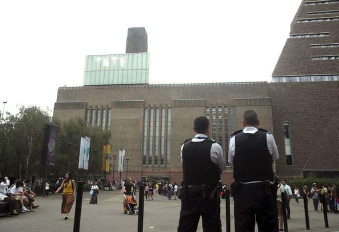 Tínedžera, ktorý zhodil chlapca z desiateho podlažia Tate Modern, obvinili z pokusu o vraždu