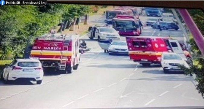 Foto: Na Trnavskej ceste v Bratislave sa zrazili tri autá, polícia odklonila dopravu