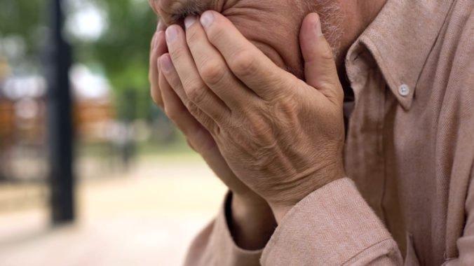 Muža vyšlo objatie poriadne draho, hluchonemá žena mu mala z krku ukradnúť zlatú retiazku
