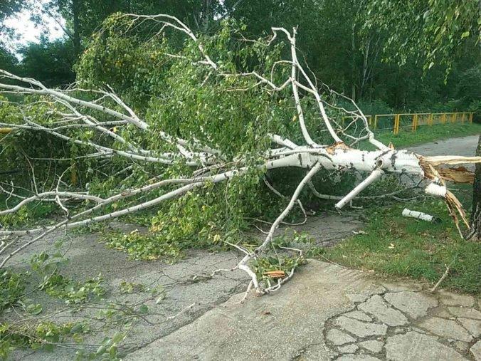 Foto: Hasiči mali pre búrky takmer 200 výjazdov, najvážnejšia situácia bola v Trnavskom kraji