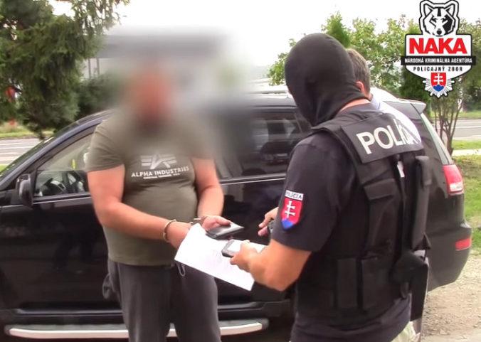 Video: Za klobásky pašoval väzňovi balíky od rodičov, po akcii čelia obvineniam štyri osoby