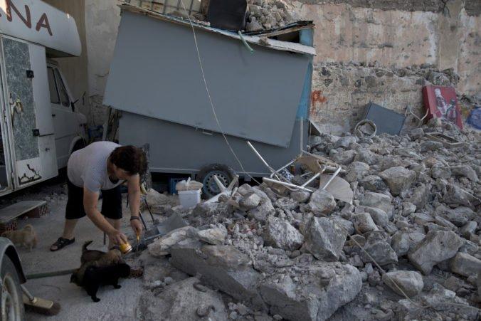 Západom Turecka otriaslo silné zemetrasenie, zrútilo sa niekoľko domov aj minaret mešity