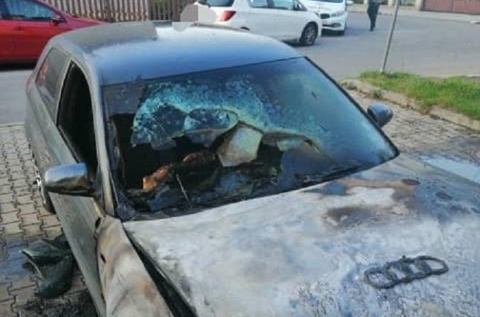 Foto: Pred bytovým domom v Slovenskej Ľupči horelo auto, expert nevylúčil úmyselné podpálenie