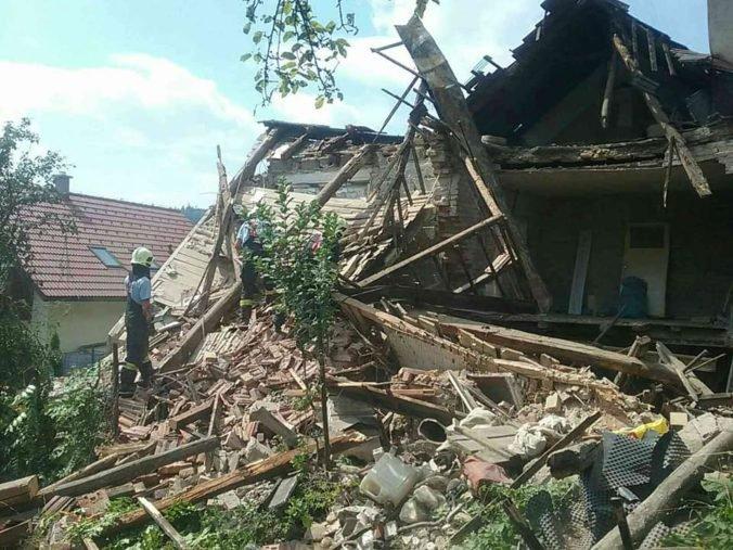 Foto: V Medzibrode sa zrútila časť rodinného domu, hasiči so psom prehľadávajú sutiny