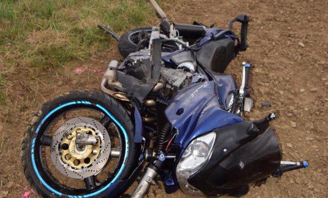 Foto: Motorkár predbiehal v nepriehľadnom úseku, zrazil sa s protiidúcim autom