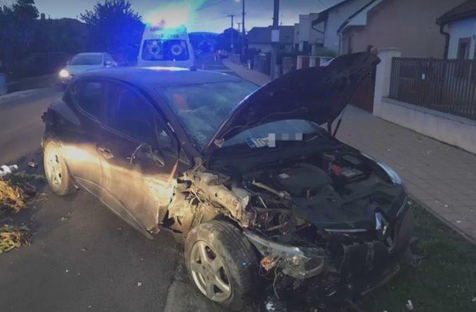 Foto: Opitý vodič ráno o piatej havaroval, poškodil dopravné zrkadlo a vrazil do plota domu