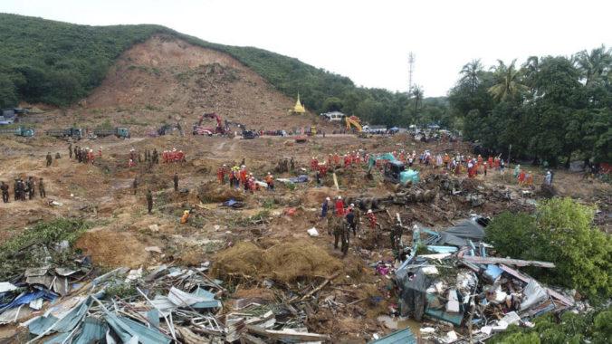 Video: Zosuv pôdy v Mjanmarsku si vyžiadal desiatky obetí, pre záplavy evakuovali tisíce ľudí