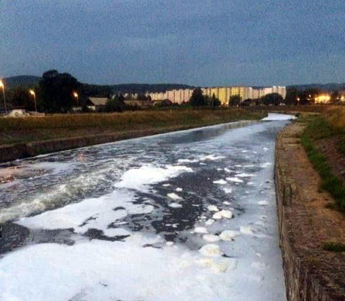 Foto: Rieku Hron pokryla hustá biela pena, situáciu už vyšetruje polícia