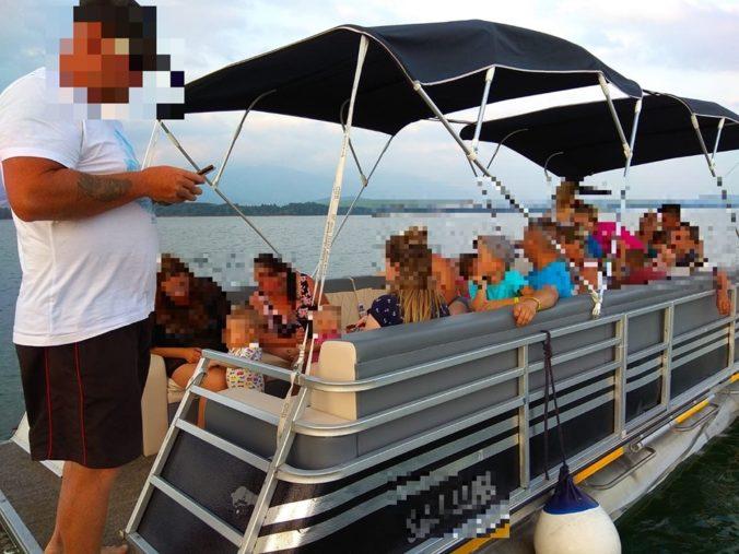 Na Liptovskej mare plávala nelegálna loď a rodinám s deťmi nechceli dať ani záchranné vesty