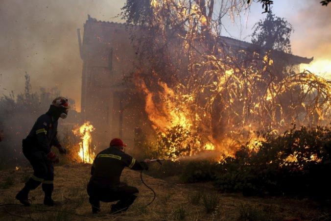 Video: Na gréckom ostrove Evia pre lesné požiare vyhlásili stav núdze, evakuovali štyri dediny