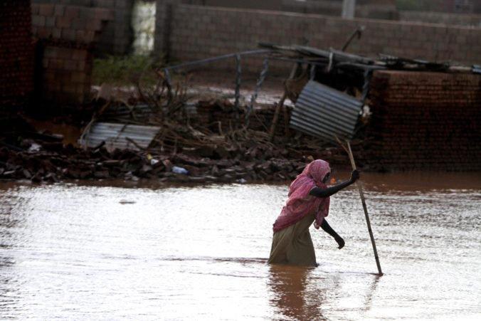 Video: Silné dažde a povodne zničili stovky domov v Sudáne, o život prišli aj deti