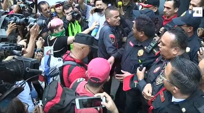 Video: V Mexiku sa na protestoch zišli stovky ľudí, vyprovokovali ich prípady znásilnenia policajtmi