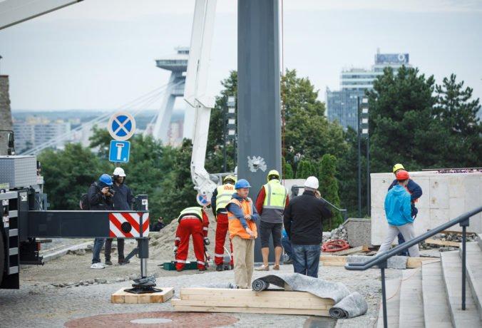 Foto: Pred parlamentom vztýčili Dankov stožiar, na ktorý prispel aj Fico a viac ako 100 Slovákov