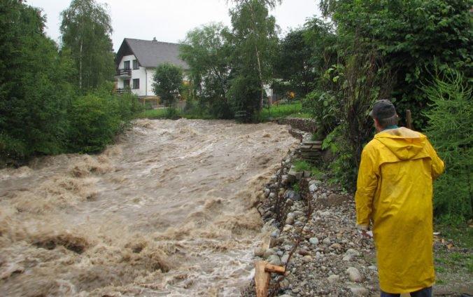 V Kapušanoch vyhlásili tretí povodňový stupeň, voda sa vyliala na polia a ohrozuje aj rodinné domy