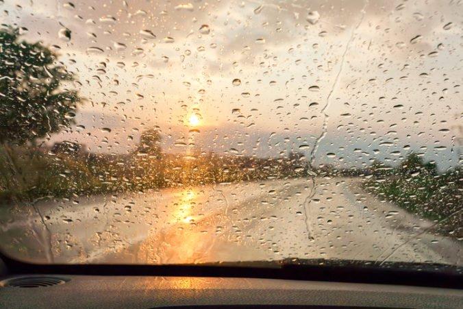 Východ Slovenska potrápili silné búrky, meteorológovia zvýšili výstrahu pred dažďom na 2. stupeň