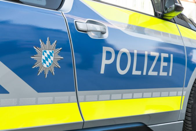 Dvaja malí bratia zanechali za sebou v bavorskej obci spúšť, podpálili garáž a vytopili pivnicu