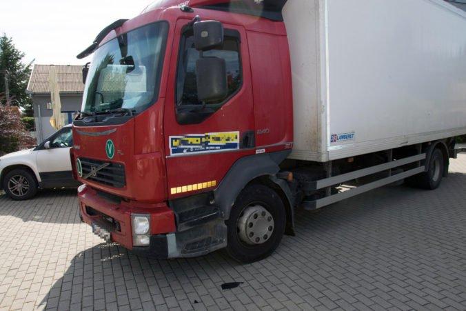 Foto: Zlodej využil nestráženú chvíľu, vodičovi nákladiaka ukradol ruksak s tisícami eur