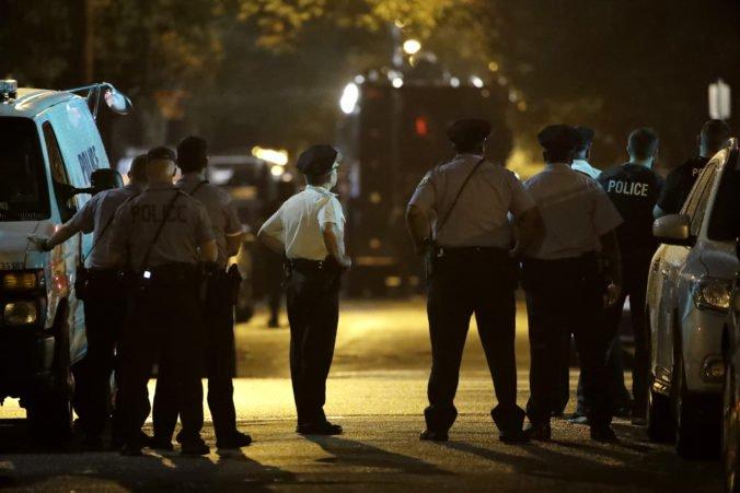 Video: Strelec sa zabarikádoval v dome vo Philadelphii a spustil paľbu na policajtov