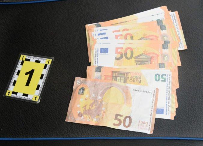 Foto: Štvorica si filmárskymi rekvizitami zaplatila za nákup, bankovky si objednali cez internet
