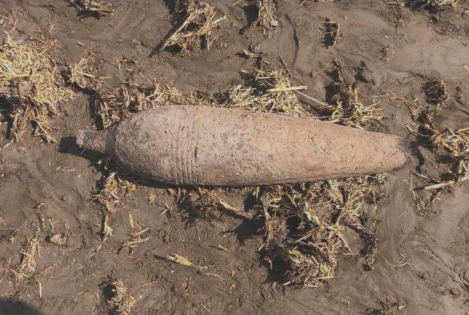 Foto: Traktorista v Novej Vieske pri obrábaní pôdy narazil na funkčnú delostreleckú mínu