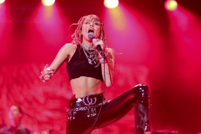Miley Cyrus zverejnila prvý singel po rozchode s manželom, v texte je viacero odkazov na koniec ich vzťahu