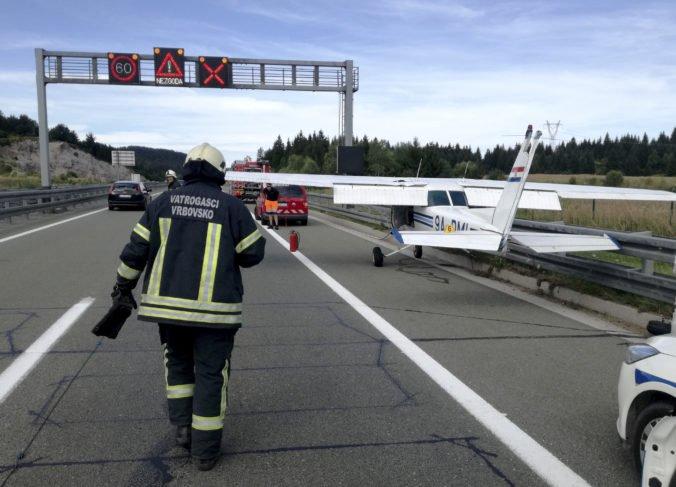 Video+foto: Lietadlo Cessna núdzovo pristálo na frekventovanej diaľnici v Chorvátsku