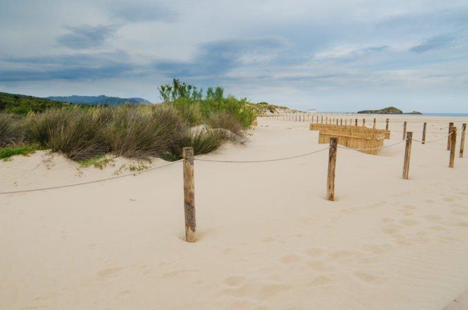 Francúzsky pár si chcel zo Sardínie odniesť biely piesok, hrozí mu šesť rokov vo väzení