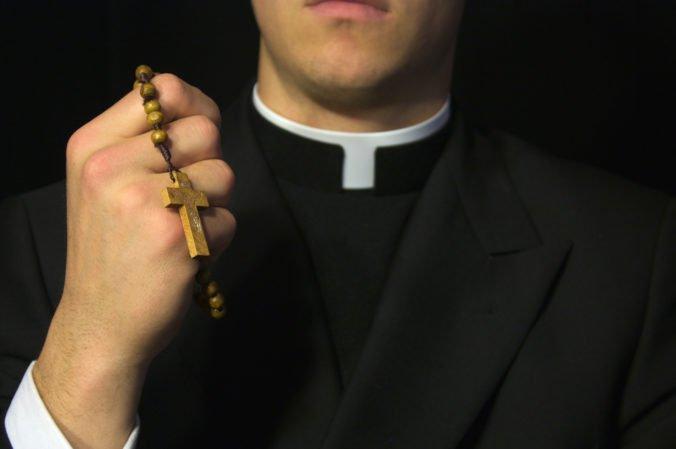 Kňaz údajne ukradol z farnosti takmer 100-tisíc dolárov, minul ich aj na stretnutia s mužmi?