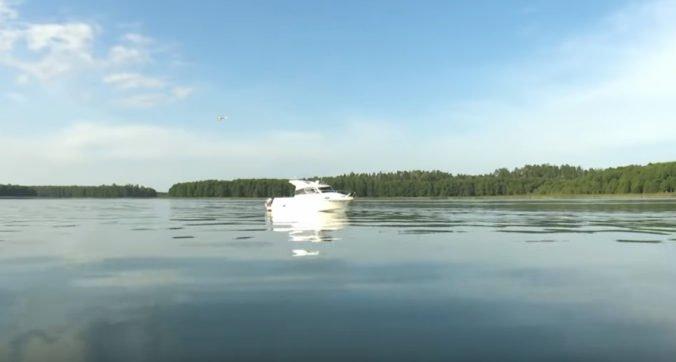 Našli telo známeho filmového producenta, ktorý spadol z člna do jazera