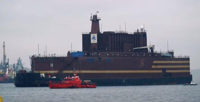 Video: Prvá plávajúca jadrová elektráreň vyplávala z prístavu, ekológovia ju pokladajú za hrozbu
