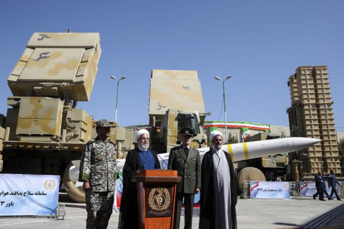 Irán úspešne otestoval novú raketu, Rúhaní tiež predstavil systém protivzdušnej obrany Bavar-373